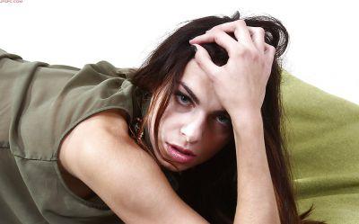 Фото №12 Молодая модель Elina Bradley показывает грудь и бритую вагину