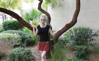Фото №1 Блондинка позирует в короткой юбке на улице