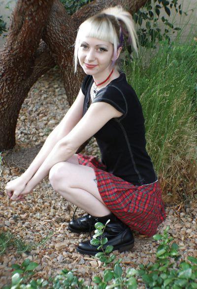 Фото №10 Блондинка позирует в короткой юбке на улице