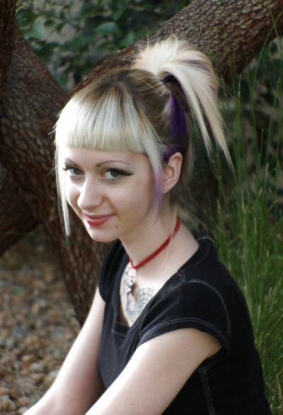 Фото №12 Блондинка позирует в короткой юбке на улице