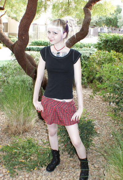 Фото №13 Блондинка позирует в короткой юбке на улице