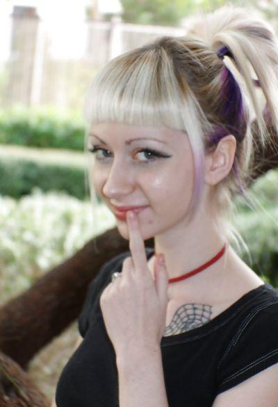 Фото №14 Блондинка позирует в короткой юбке на улице
