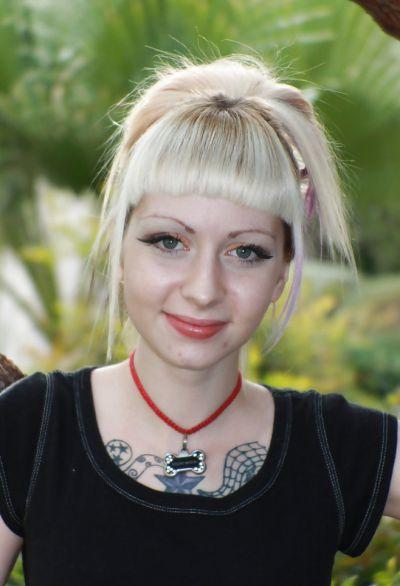 Фото №2 Блондинка позирует в короткой юбке на улице
