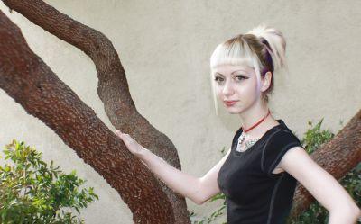 Фото №5 Блондинка позирует в короткой юбке на улице