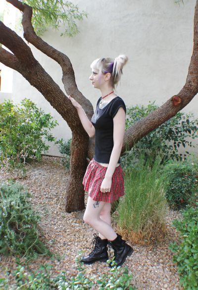 Фото №6 Блондинка позирует в короткой юбке на улице
