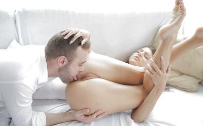 Фото №2 Впервые жестко разработал анал молодой девушки и полил её грудь спермой