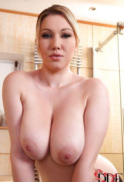 Фото №5 Сочная блондинка моет большие сиськи в джакузи