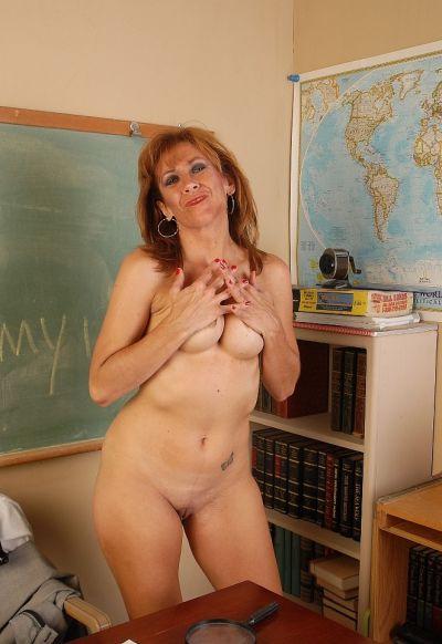 Фото №10 Зрелая училка географии изучает пизденку под лупой