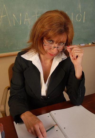 Фото №2 Зрелая училка географии изучает пизденку под лупой