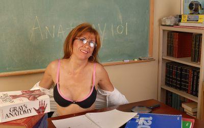 Фото №3 Зрелая училка географии изучает пизденку под лупой