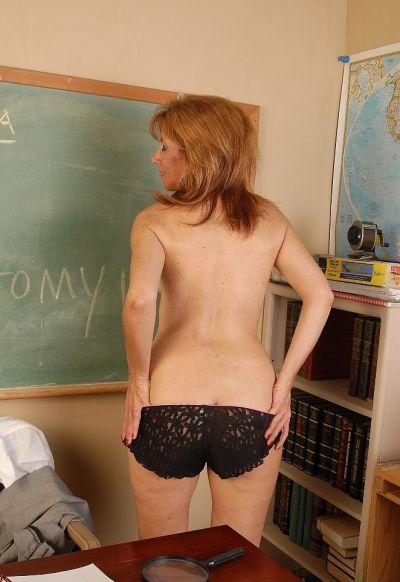 Фото №9 Зрелая училка географии изучает пизденку под лупой