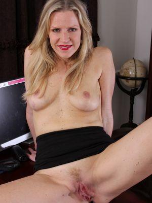 Зрелая блондинка разделась в своем кабинете