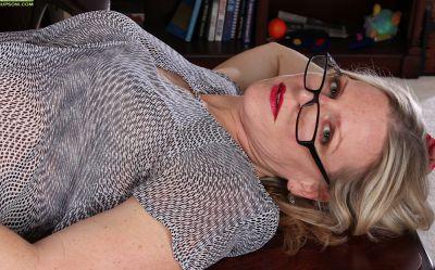Фото №3 Зрелая блондинка разделась в своем кабинете
