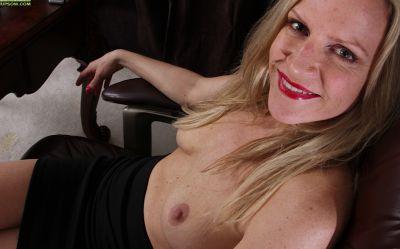 Фото №7 Зрелая блондинка разделась в своем кабинете