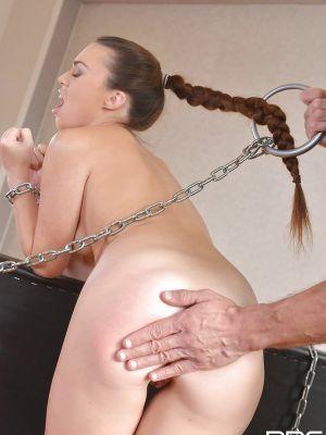 Приковал цепями и наказал молодую жену за измену