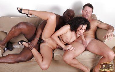 Фото №12 Муж трахнает молодую жену с черным любовником