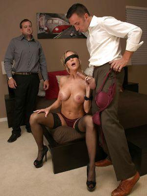 Завязал жене глаза и позволил другу трахнуть её