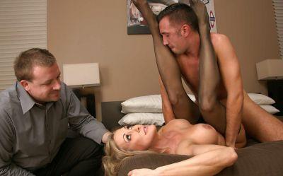 Фото №13 Завязал жене глаза и позволил другу трахнуть её
