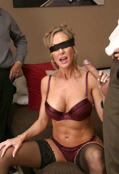 Фото №3 Завязал жене глаза и позволил другу трахнуть её