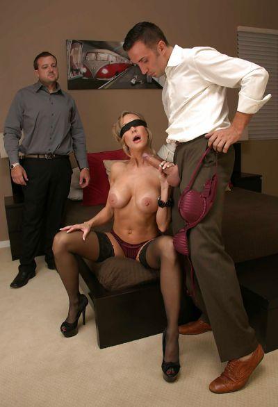 Фото №4 Завязал жене глаза и позволил другу трахнуть её