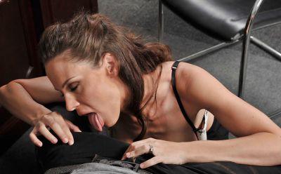 Фото №5 Трахнула кудрявого любовника в своем кабинете