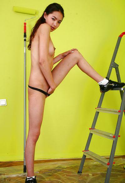 Фото №8 Молодая латина мастурбирует бритую киску между делом
