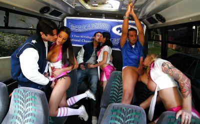 Фото №7 Групповуха с тремя черлидершами в автобусе