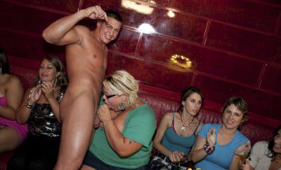 Фото №6 Телки отсасывают большие члены голых мужиков на CFNM пати