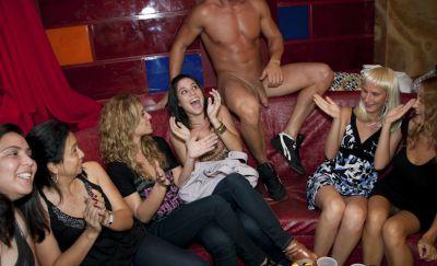 Фото №8 Телки отсасывают большие члены голых мужиков на CFNM пати
