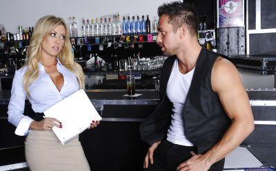 Фото №1 Байкер трахнул сексапильную светловолосую официантку в баре