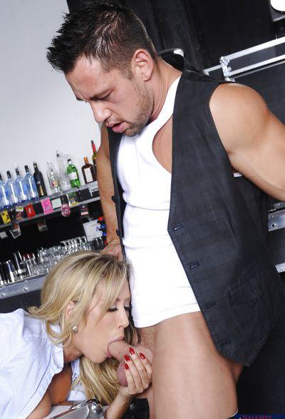 Фото №5 Байкер трахнул сексапильную светловолосую официантку в баре