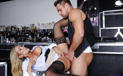 Фото №6 Байкер трахнул сексапильную светловолосую официантку в баре