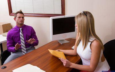 Фото №1 Блондинка работающая в офисе Scarlet Red потрахалась с брутальным мачо