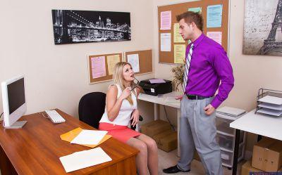Фото №2 Блондинка работающая в офисе Scarlet Red потрахалась с брутальным мачо
