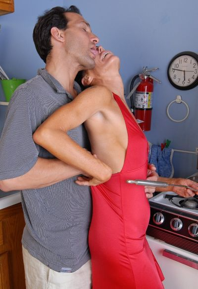 Фото №1 Возбудил зрелую домохозяйку и трахнул её на кухне