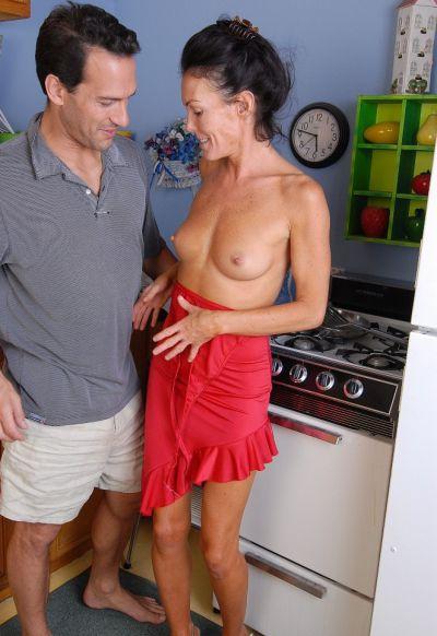 Фото №2 Возбудил зрелую домохозяйку и трахнул её на кухне