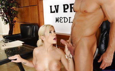 Фото №11 Горячая секретарша сделала минет и приняла сперму босса в рот