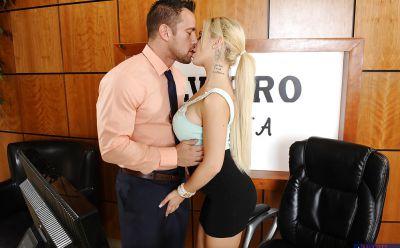 Фото №2 Горячая секретарша сделала минет и приняла сперму босса в рот