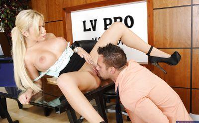 Фото №8 Горячая секретарша сделала минет и приняла сперму босса в рот