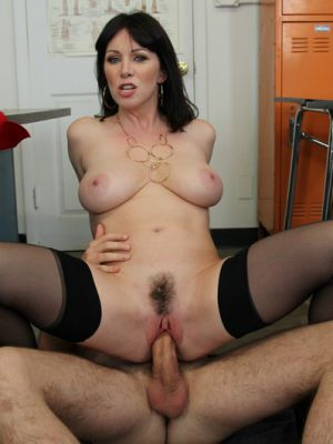 Секс с отличной зрелой училкой в чулках