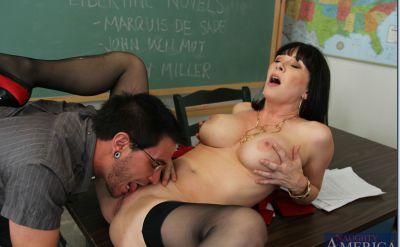 Фото №3 Секс с отличной зрелой училкой в чулках